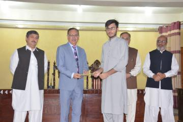 02-VC KMU Prof. Dr. Arshad Javaid presenting offer letters to top 10 students getting admission in Public Sector medical colleges (Custom)1573446853.JPG