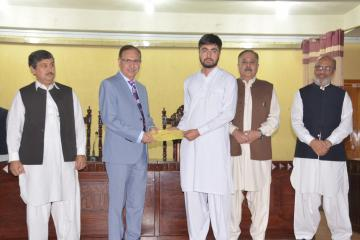 03-VC KMU Prof. Dr. Arshad Javaid presenting offer letters to top 10 students getting admission in Public Sector medical colleges (Custom)1573446853.JPG