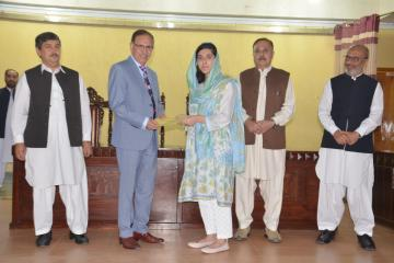 04.VC KMU Prof. Dr. Arshad Javaid presenting offer letters to top 10 students getting admission in Public Sector medical colleges (Custom)1573446853.JPG