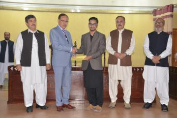 05-VC KMU Prof. Dr. Arshad Javaid presenting offer letters to top 10 students getting admission in Public Sector medical college (Custom)1573446853.JPG